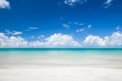 Playa tropical en el día asoleado del verano. Fotos de archivo libres de regalías