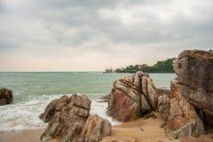Playa tropical en el tiempo nublado y stomy en Koh Phangan, Tailandia foto de archivo libre de regalías