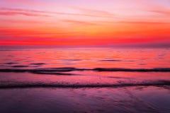 Playa tropical en la puesta del sol. Foto de archivo libre de regalías