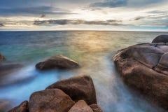 Playa tropical en la puesta del sol. Fotografía de archivo
