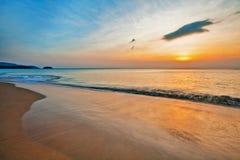 Playa tropical en la puesta del sol Imágenes de archivo libres de regalías