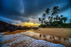 Playa tropical en la puesta del sol Imagenes de archivo