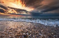 Playa tropical en la puesta del sol hermosa Fotos de archivo