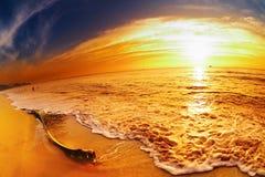 Playa tropical en la puesta del sol, Tailandia Imagenes de archivo