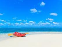 Playa tropical en Maldivas fotos de archivo libres de regalías