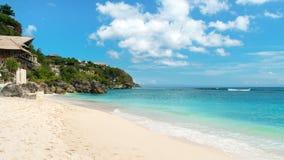 Playa tropical en un día hermoso Imágenes de archivo libres de regalías