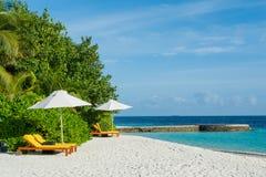 Playa tropical hermosa asombrosa con las sillas de playa en Maldivas Fotos de archivo