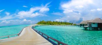 Playa tropical hermosa con la opinión del panorama de los bungalos en Maldivas Imágenes de archivo libres de regalías