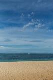 Playa tropical hermosa con la vegetación enorme fotografía de archivo libre de regalías