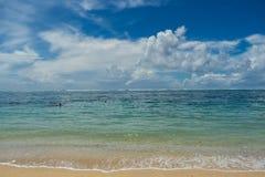 Playa tropical hermosa con la vegetación enorme Fotos de archivo