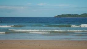Playa tropical hermosa con las ondas y la arena de oro almacen de video