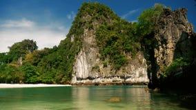 Playa tropical hermosa con los acantilados en Tailandia metrajes