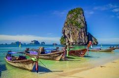 Playa tropical hermosa del océano con los barcos de la cola larga en Andaman s Imagenes de archivo