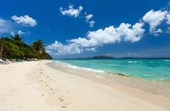Playa tropical hermosa en el Caribe fotos de archivo libres de regalías