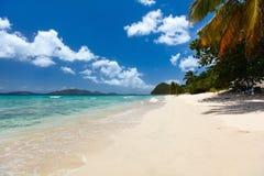 Playa tropical hermosa en el Caribe fotos de archivo