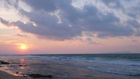 Playa tropical hermosa en la puesta del sol metrajes