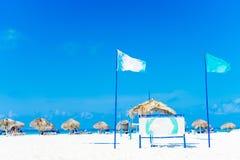 Playa tropical hermosa y mar del Caribe con los sunbeds imagenes de archivo