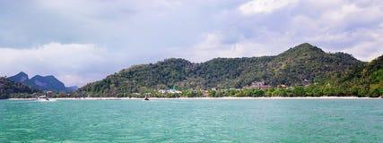 Playa tropical popular del Ao Nang, provincia de Krabi, Tailandia Foto de archivo libre de regalías