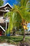 Playa tropical sin tocar de la foto en la isla de Bali Casa de planta baja en el pueblo de Indonesia Cuadro vertical Imágenes de archivo libres de regalías