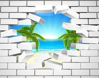 Playa tropical a través de la pared Fotos de archivo libres de regalías