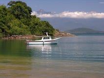 Playa tropical y barco solo Foto de archivo