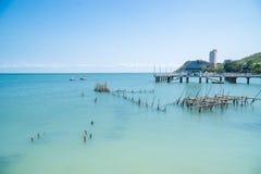 Playa tropical y mar azul fotos de archivo libres de regalías