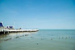 Playa tropical y mar azul fotos de archivo