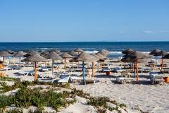 Playa tunecina por mañana sin la gente Foto de archivo libre de regalías