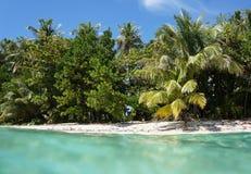 Playa Unspoiled con aguas de la turquesa fotografía de archivo