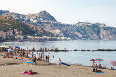 Playa urbana en la ciudad de Giardini-Naxos por la tarde Fotos de archivo