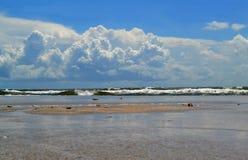 Playa vacía con el fondo de la onda que se estrella foto de archivo libre de regalías