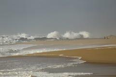 Playa vacía con el mar agitado Imagen de archivo