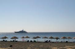 Playa vacía con las cortinas y las sillas, Grecia del sol Imagen de archivo libre de regalías