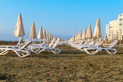 Playa vacía con las sillas de cubierta en Larnaca, Chipre Foto de archivo