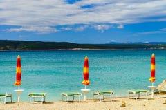Playa vacía con las sombrillas cerradas, Croacia, weath tempestuoso del mar Imágenes de archivo libres de regalías