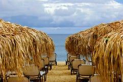Playa vacía con las sombrillas y las sillas Imágenes de archivo libres de regalías