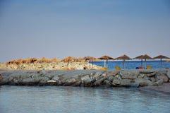 Playa vacía con los sunbeds Imágenes de archivo libres de regalías