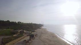 Playa vacía con temporada baja de la infraestructura metrajes