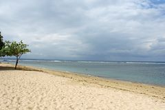 Playa vacía de Bali en un día nublado Foto de archivo libre de regalías