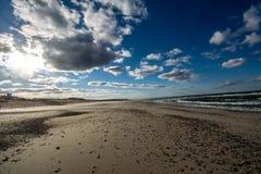 Playa vacía de Cape Cod en un último día soleado, frío, ventoso brillante de la caída imagen de archivo libre de regalías