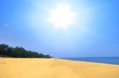 Playa vacía del verano Foto de archivo libre de regalías