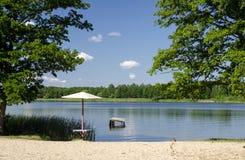 Playa vacía en el lago Fotografía de archivo libre de regalías