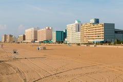 Playa vacía en la alba en Virginia Beach Oceanfront foto de archivo libre de regalías