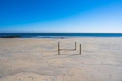 Playa vacía en una mañana del invierno imagenes de archivo