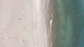 Playa vacía Plumón superior, visión aérea El abejón vuela detrás metrajes