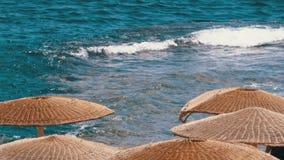 Playa vac?a con los paraguas en Egipto en el fondo de Coral Reef en el Mar Rojo almacen de video