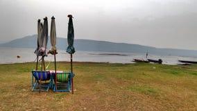 Playa verde en el reservior de Ubolrat Fotos de archivo