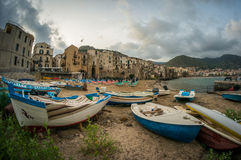 Playa vieja de la ciudad de Cefalu con los barcos de pesca en la madrugada Fotos de archivo