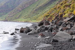 Playa volcánica. Imagen de archivo libre de regalías