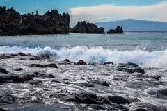 Playa volcánica de la arena del negro de la arena del la de Playa Imágenes de archivo libres de regalías